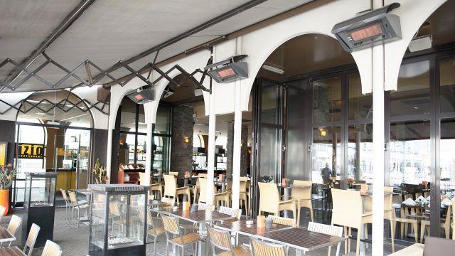 Eine Restaurantterasse mit Terrassenstrahlern der Firma Schwank.