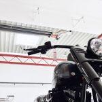 Motocykl, a powyżej promiennik rurowy Schwank z serii calorSchwank.