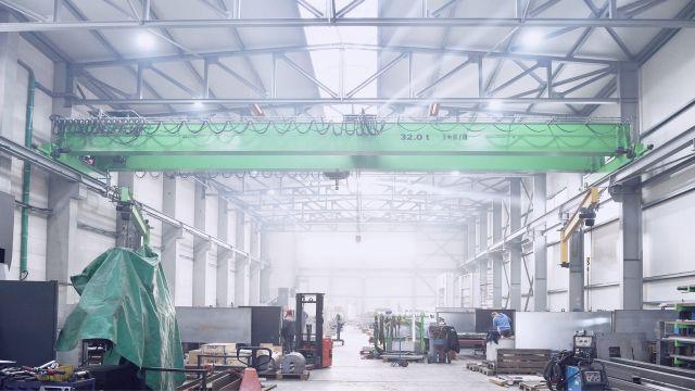 Hellstrahler von Schwank an den Wänden und der Decke einer großen Produktionshalle.
