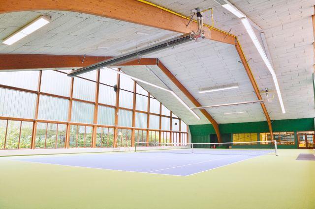 Ein langer Dunkelstrahler von Schwank in einer Indoor Tennishalle.