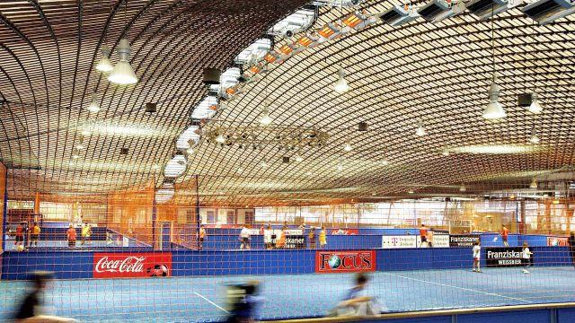 Sporthalle mit Hellstrahlern von Schwank unter der Decke.