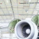 Turbina lotnicza z przodu, promienniki rurowe firmy Schwank pod sufitem.